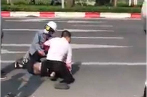 Khen thưởng người giúp tài xế taxi bị đâm khống chế tên cướp - Ảnh 1.