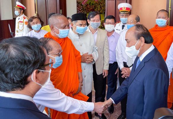 Chủ tịch nước Nguyễn Xuân Phúc dâng hương tưởng niệm Chủ tịch Hồ Chí Minh - Ảnh 4.