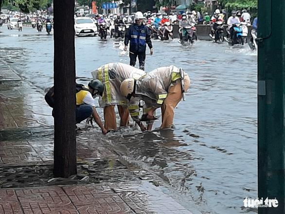 Mưa như trút nước, 'rốn ngập' chợ Thủ Đức lại cuồn cuộn nước - Ảnh 5.