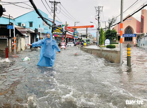 Mưa như trút nước, 'rốn ngập' chợ Thủ Đức lại cuồn cuộn nước - Ảnh 6.