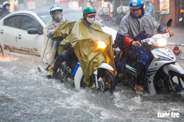 Mưa như trút nước, 'rốn ngập' chợ Thủ Đức lại cuồn cuộn nước - Ảnh 7.
