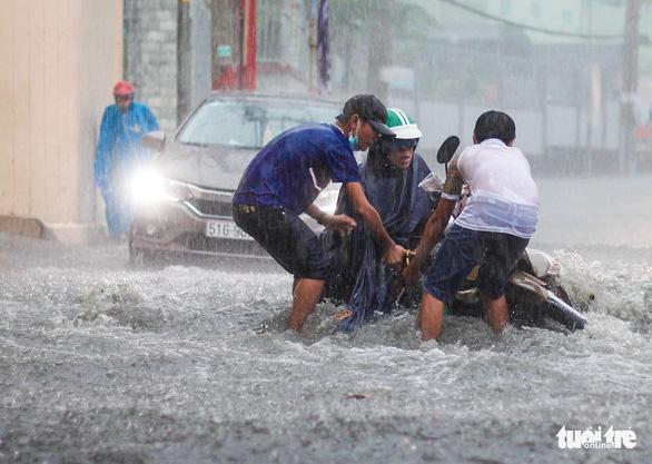 Mưa như trút nước, 'rốn ngập' chợ Thủ Đức lại cuồn cuộn nước - Ảnh 8.