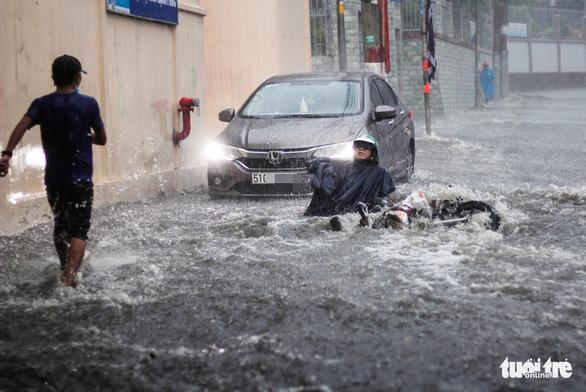 Mưa như trút nước, 'rốn ngập' chợ Thủ Đức lại cuồn cuộn nước - Ảnh 2.
