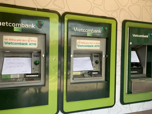 Hàng loạt trụ ATM bị đập phá tại Bình Dương - Ảnh 2.