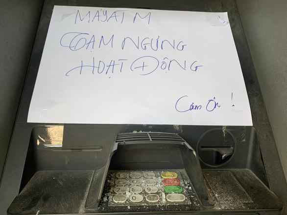 Hàng loạt trụ ATM bị đập phá tại Bình Dương - Ảnh 3.