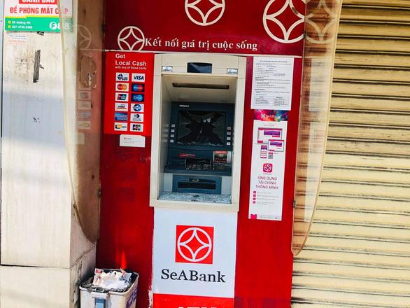 Hàng loạt trụ ATM bị đập phá tại Bình Dương - Ảnh 4.