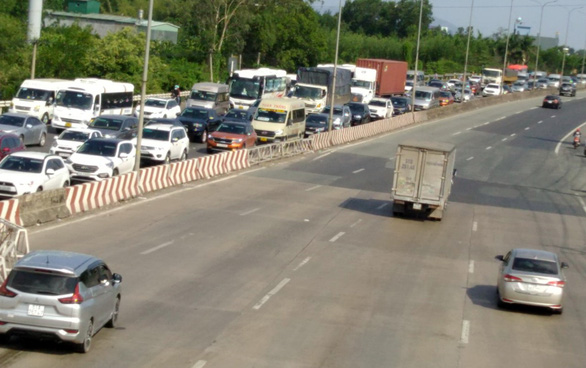 Vũng Tàu về Sài Gòn kẹt xe, liên tục xả trạm thu phí trên QL51 - Ảnh 1.