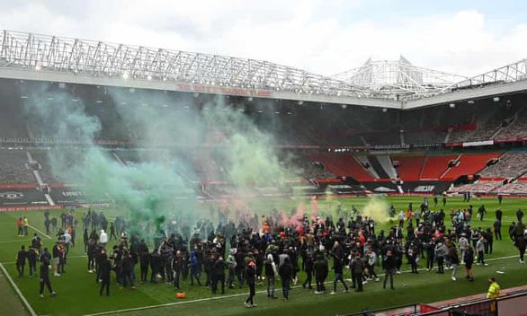CĐV Man Utd xuống sân tỏ rõ giận dữ, trận gặp Liverpool nguy cơ hoãn - Ảnh 2.
