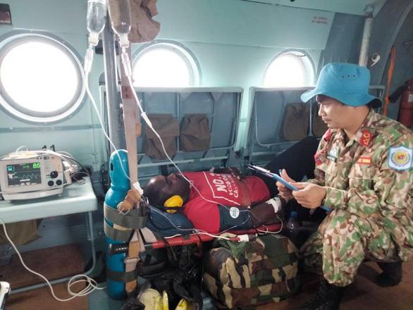 Bệnh viện dã chiến ở Nam Sudan cấp cứu thành công bệnh nhân đột quỵ não bằng đường không - Ảnh 2.