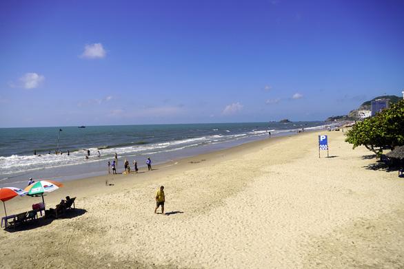 Biển Vũng Tàu đã vắng khách, quyền chủ tịch thành phố ra túc trực chống dịch - Ảnh 2.