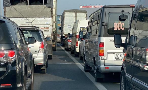 Vũng Tàu về Sài Gòn kẹt xe, liên tục xả trạm thu phí trên QL51 - Ảnh 3.
