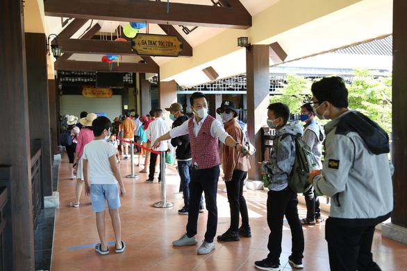 Du khách đến Đà Nẵng giảm, chỉ loanh quanh khu nghỉ dưỡng - Ảnh 2.