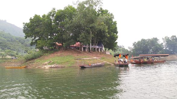 Cán bộ UBND huyện mất tích khi tắm ở hồ Cấm Sơn - Ảnh 1.