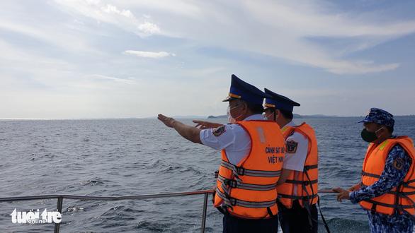 Theo chân cảnh sát biển ngăn dịch với Campuchia - Ảnh 1.