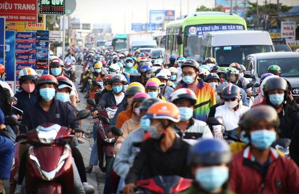 Các cửa ngõ Sài Gòn đã bắt đầu ngập xe về sớm vì sợ kẹt xe - Ảnh 6.