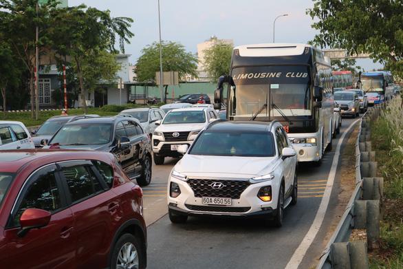 Các cửa ngõ Sài Gòn đã bắt đầu ngập xe về sớm vì sợ kẹt xe - Ảnh 4.