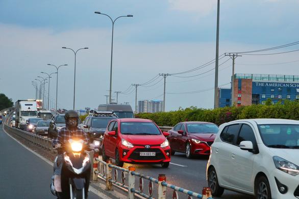 Các cửa ngõ Sài Gòn đã bắt đầu ngập xe về sớm vì sợ kẹt xe - Ảnh 8.
