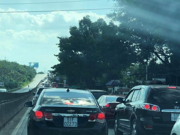 Các cửa ngõ Sài Gòn đã bắt đầu ngập xe về sớm vì sợ kẹt xe - Ảnh 3.