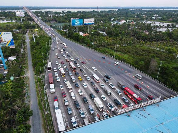 Các cửa ngõ Sài Gòn đã bắt đầu ngập xe về sớm vì sợ kẹt xe - Ảnh 5.