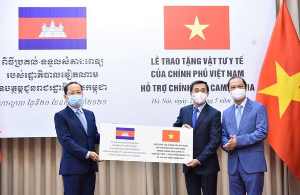Việt Nam tặng vật tư y tế hỗ trợ Campuchia ứng phó COVID-19 - Ảnh 1.