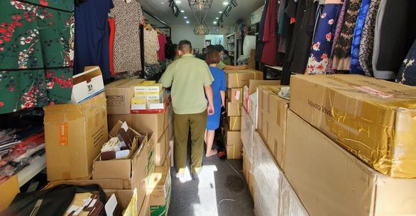 Kiểm tra xe tải và cửa hàng ở Phú Nhuận, tạm giữ hàng ngàn mỹ phẩm nghi nhập lậu - Ảnh 2.