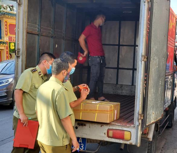 Kiểm tra xe tải và cửa hàng ở Phú Nhuận, tạm giữ hàng ngàn mỹ phẩm nghi nhập lậu - Ảnh 1.