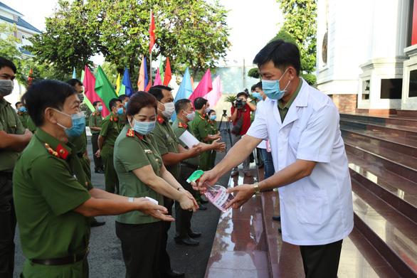 Lực lượng vũ trang Cần Thơ bầu cử sớm, nghiêm ngặt công tác phòng dịch - Ảnh 1.