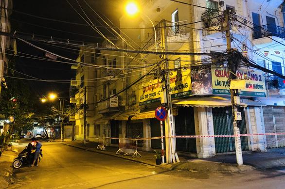 TP.HCM khoanh vùng nhiều nơi trong đêm, phòng dịch lây lan - Ảnh 2.