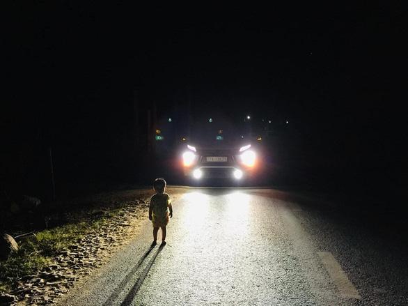 Tài xế dừng xe giúp cháu bé 2 tuổi lang thang giữa đêm: Đọc mà cảm động quá - Ảnh 1.