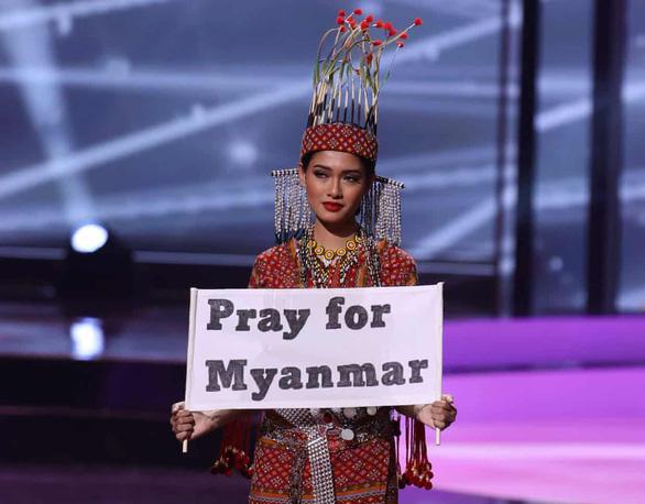 Hoa hậu Myanmar dự thi Miss Universe bác tin bị truy nã, nói chưa dám trở về - Ảnh 1.