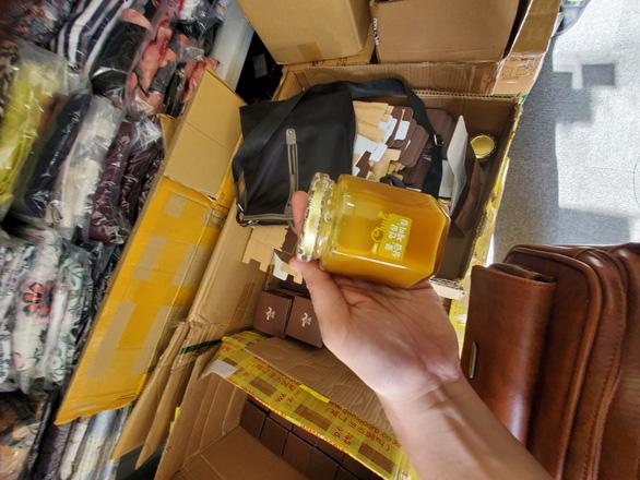 Kiểm tra xe tải và cửa hàng ở Phú Nhuận, tạm giữ hàng ngàn mỹ phẩm nghi nhập lậu - Ảnh 3.