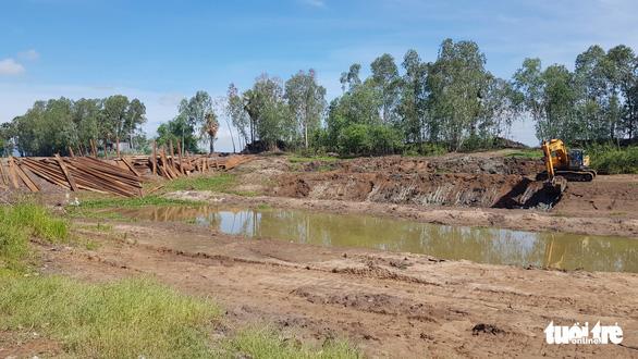 Chặn dòng kênh Vĩnh Tế để xử lý đá ngầm, khơi thông dòng chảy cho tàu, thuyền lưu thông - Ảnh 2.