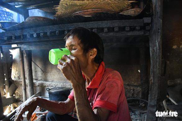 Người rừng Hồ Văn Lang bị ung thư, ánh mắt nhớ rừng, đôi chân mỏi mệt - Ảnh 2.
