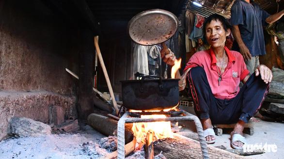Người rừng Hồ Văn Lang bị ung thư, ánh mắt nhớ rừng, đôi chân mỏi mệt - Ảnh 4.