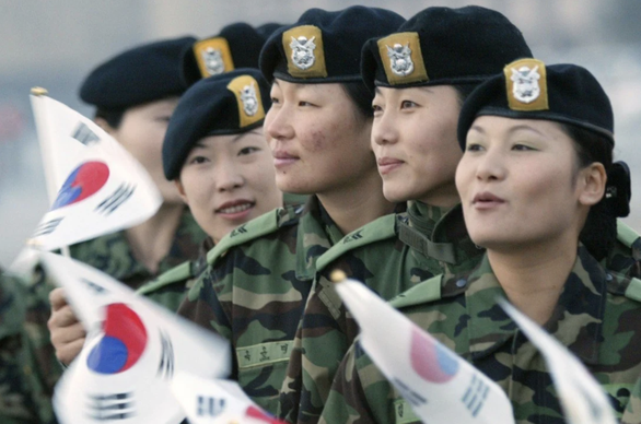 Tranh cãi nghĩa vụ quân sự bắt buộc với nữ giới ở Hàn Quốc - Ảnh 1.
