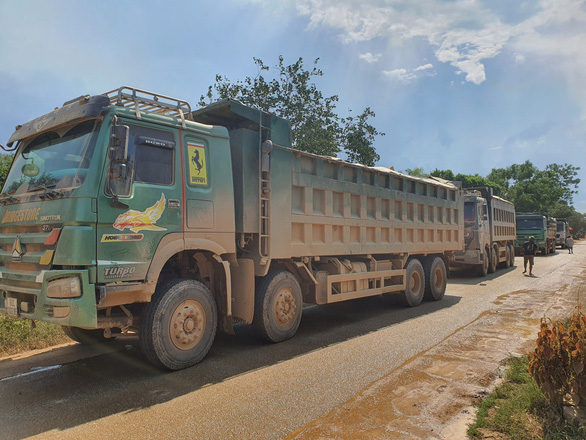 Người dân liên tiếp chặn xe thi công cao tốc Cam Lộ - La Sơn do khói bụi mù mịt - Ảnh 3.