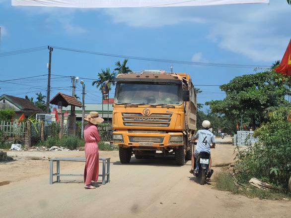 Người dân liên tiếp chặn xe thi công cao tốc Cam Lộ - La Sơn do khói bụi mù mịt - Ảnh 2.