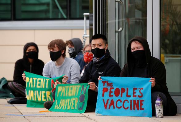 Nghị viện châu Âu ủng hộ bỏ bản quyền vắc xin COVID-19 - Ảnh 1.