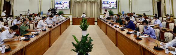 Chủ tịch UBND TP.HCM đồng ý cho quán ăn nhỏ bán mang đi, online, không bán tập trung - Ảnh 1.