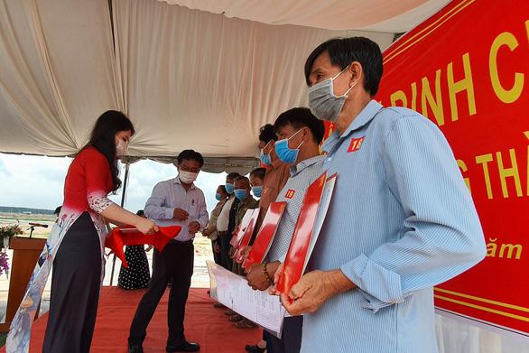 Bàn giao đất tái định cư cho 24 hộ dân ở dự án sân bay Long Thành - Ảnh 2.