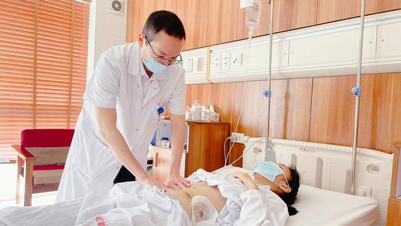 Đứt đôi đuôi tụy do tai nạn giao thông, nữ sinh lớp 12 được phẫu thuật khẩn để kịp dự thi tốt nghiệp - Ảnh 1.