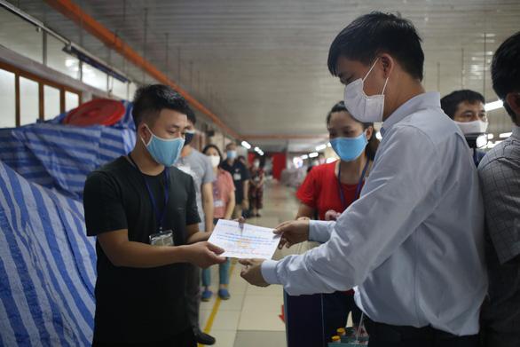 Trao 700 triệu đồng hỗ trợ người lao động bị ảnh hưởng bởi COVID-19 - Ảnh 1.