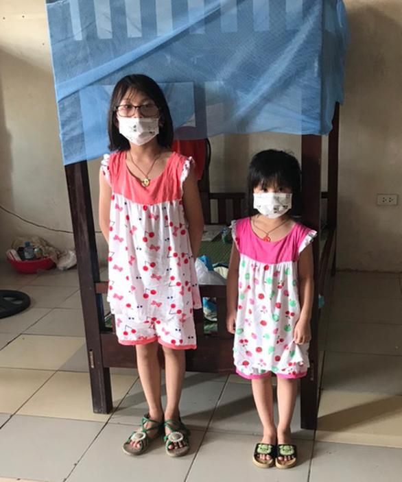 Bố mất vì COVID-19, mẹ và anh  trai đi chữa bệnh, 2 bé  gái đi cách ly với dì - Ảnh 1.
