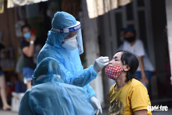 TP.HCM: Khoanh vùng, lấy mẫu người dân trong chợ Phú Nhuận - Ảnh 3.