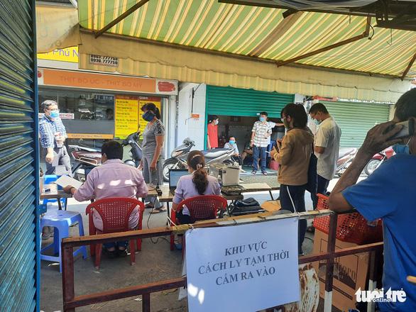 TP.HCM: Khoanh vùng, lấy mẫu người dân trong chợ Phú Nhuận - Ảnh 4.