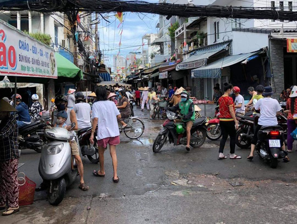 TP.HCM: Gỡ khoanh vùng chợ 200 đường Xóm Chiếu, quận 4 - Ảnh 1.