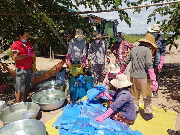 Hỗ trợ người gốc Việt tại vùng dịch ở Campuchia - Ảnh 1.