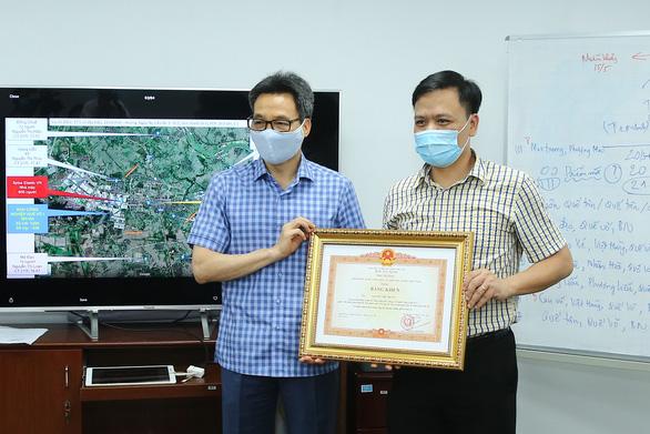 Thành viên Tổ Thông tin đáp ứng nhanh nhận bằng khen của Thủ tướng - Ảnh 3.