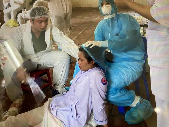 2 bác sĩ kiệt sức đổ gục khi lấy mẫu test COVID-19 giữa trưa nóng - Ảnh 3.