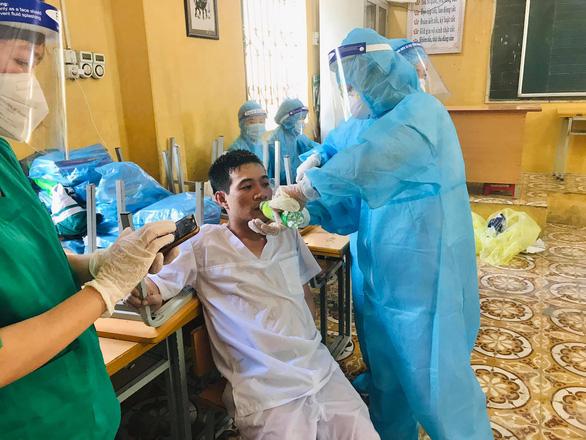 2 bác sĩ kiệt sức đổ gục khi lấy mẫu test COVID-19 giữa trưa nóng - Ảnh 2.